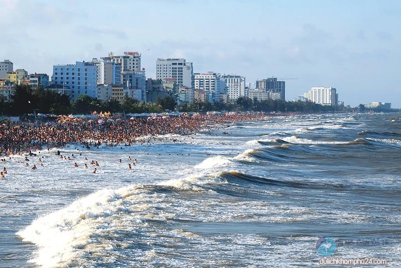Biển Sầm Sơn rất đông du khách