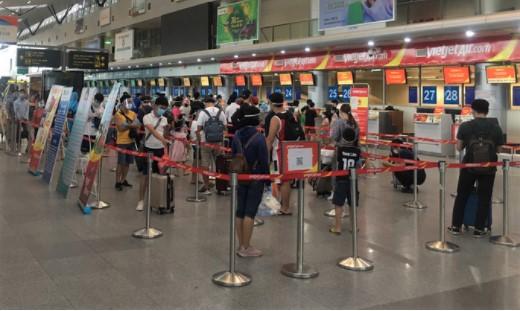 Hành khách xếp hàng tại sân bay Đà Nẵng