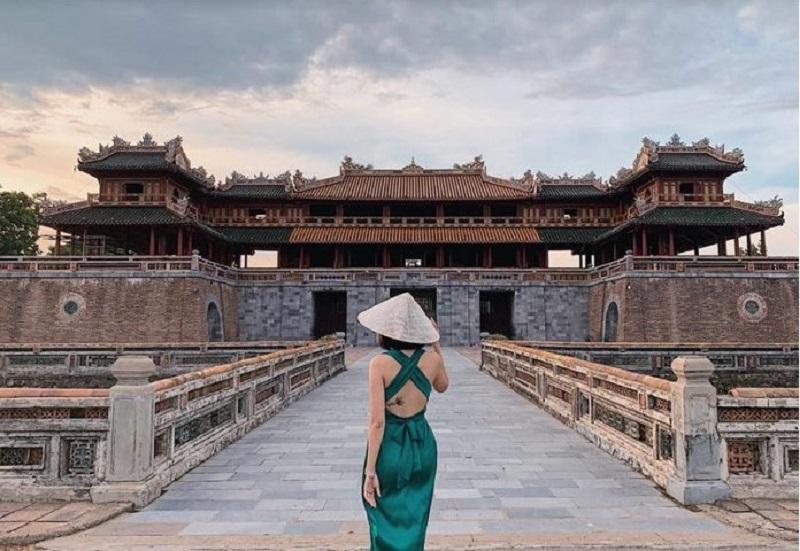 Du khách check-in bên vẻ đẹp cổ kính của cố đô Huế