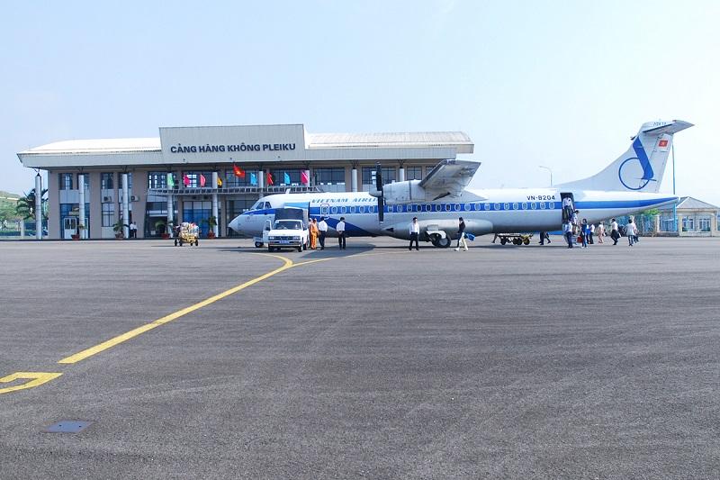 Máy bay đón trả hành khách tại cảng hàng không Pleiku