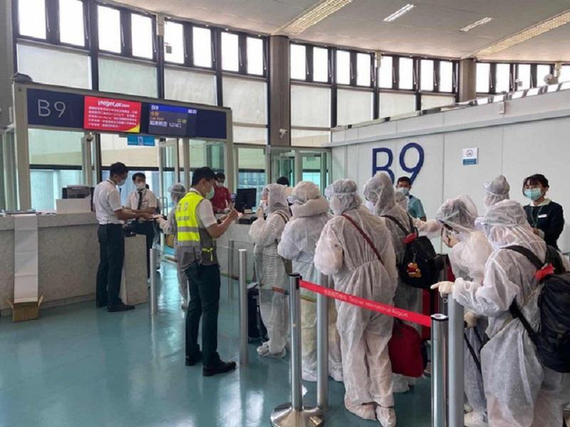 Hành khách đảm bảo an toàn phòng dịch khi qua cảng