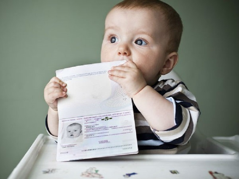 Có thể đặt vé máy bay cho em bé đi kèm với vé máy bay của người lớn