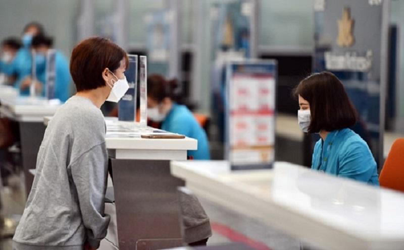 Mua vé máy bay trực tiếp với hãng hoặc thông qua các đại lý ủy quyền để được xử lý nhanh gọn