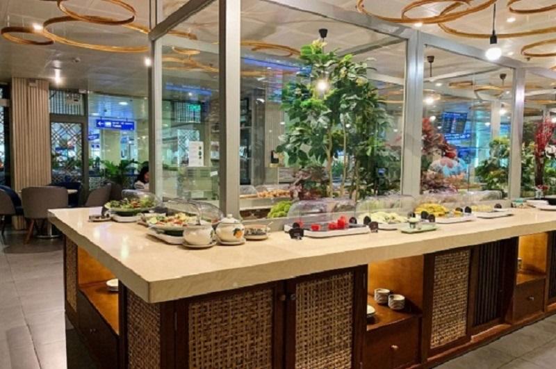 Phòng chờ cung cấp các món ăn đa dạng, đồ uống phong phú, xen lẫn tinh hoa ẩm thực của Âu và Á