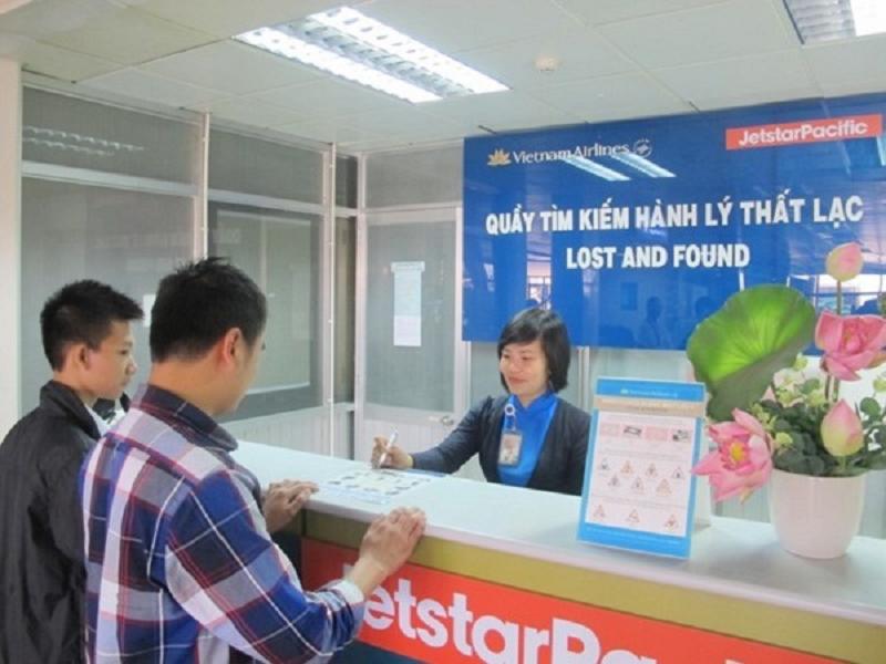 Đến ngay quầy dịch vụ tại sân bay để được nhân viên hỗ trợ giải quyết khi hành lý bị lạc