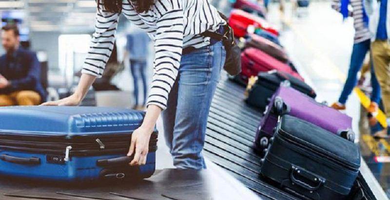 Hành khách lấy hành lý tại băng truyền ngay sau khi máy bay hạ cánh