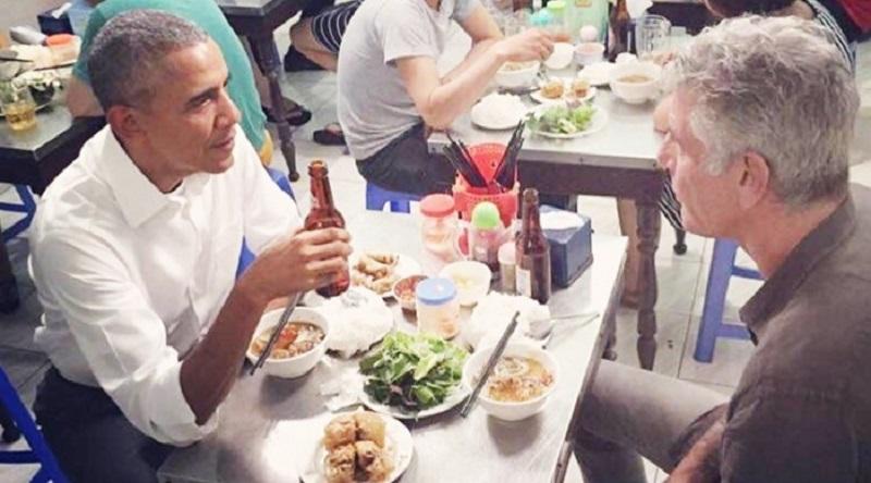 Cựu tổng thống Obama thưởng thức món bún chả khi đến Hà Nội