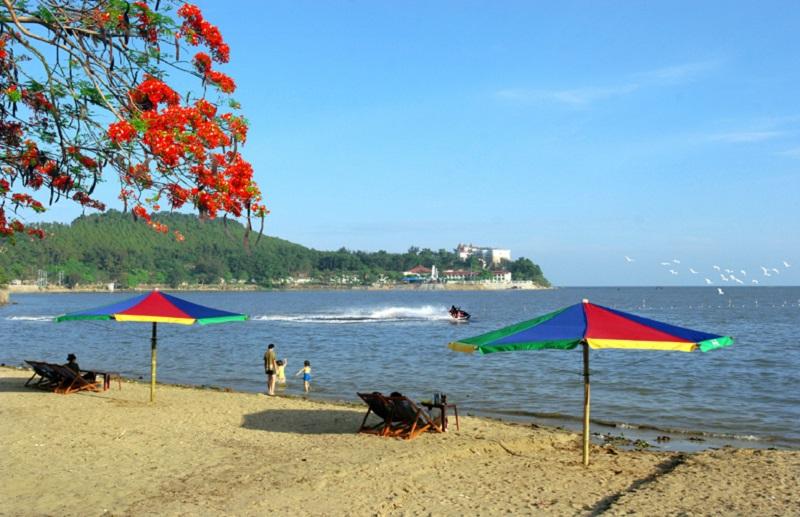 Bãi biển Đồ Sơn đón tiếp du khách yêu du lịch biển