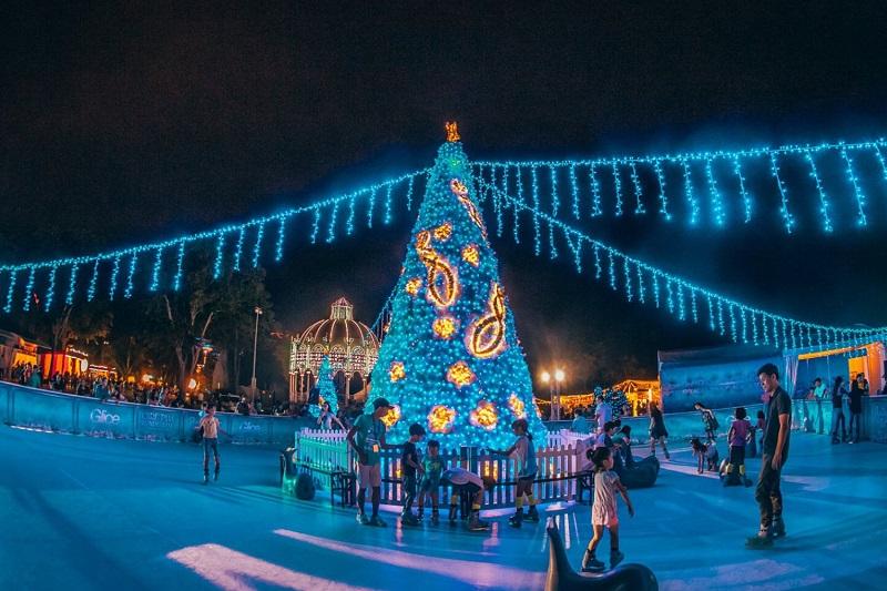 Không gian sân trượt băng tại Singapore dịp Noel