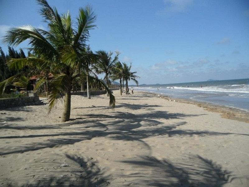 Bãi biển Hải Tiến trải dài cùng những triền cát trắng mịn