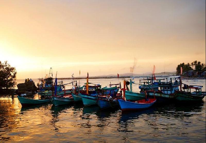 Những chiếc thuyền của ngư dân địa phương trong cảnh chiều tà lãng mạn
